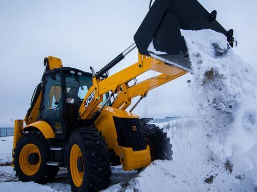 Уборка снега трактором в Подольске